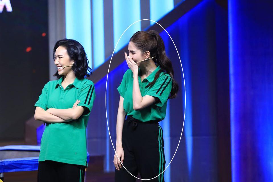 Xuất hiện trên truyền hình, Ngọc Trinh chơi chiêu hack dáng đến Hari Won còn lơ là - Ảnh 5.