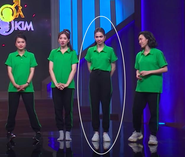 Xuất hiện trên truyền hình, Ngọc Trinh chơi chiêu hack dáng đến Hari Won còn lơ là - Ảnh 4.