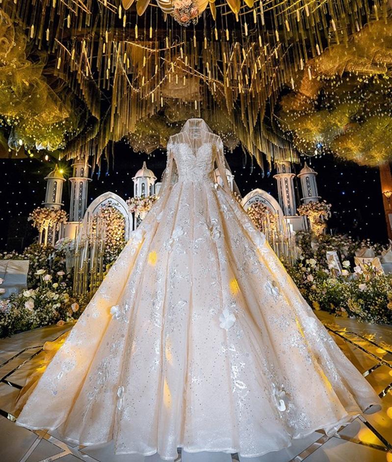 Trước khi bị phụ bạc, Âu Hà My từng sang như bà hoàng khi diện 3 mẫu váy cưới đính kim cương giá 1 tỉ đồng trong đám cưới cổ tích - Ảnh 7.