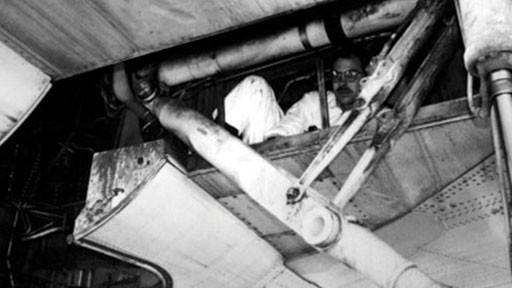 Bức hình một cậu bé 14 tuổi rơi ra khỏi máy bay gây ám ảnh người xem và câu chuyện phía sau khiến nhiều người không khỏi giật mình - Ảnh 2.