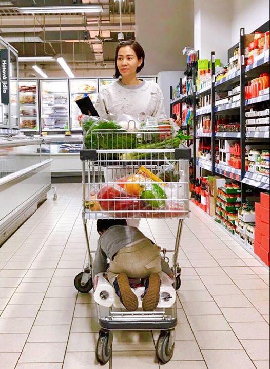 Ca sĩ Thu Minh chia sẻ hình ảnh con trai nằm dài trên sàn ở siêu thị khiến ai cũng tưởng Gấu ăn vạ, nhưng hóa ra Gấu lăn ra để làm một việc ít ai ngờ - Ảnh 2.