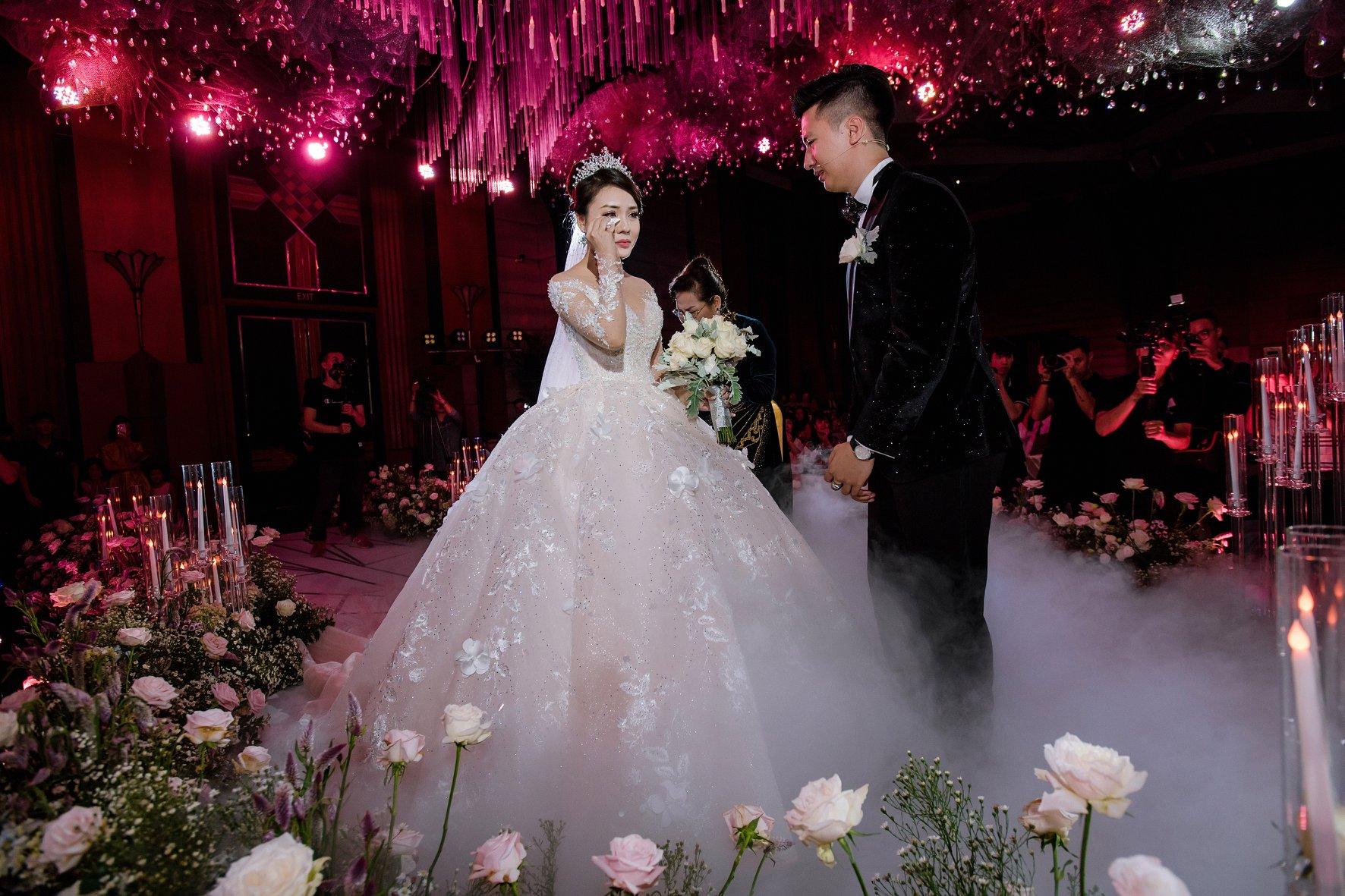 Trước khi bị phụ bạc, Âu Hà My từng sang như bà hoàng khi diện 3 mẫu váy cưới đính kim cương giá 1 tỉ đồng trong đám cưới cổ tích - Ảnh 6.