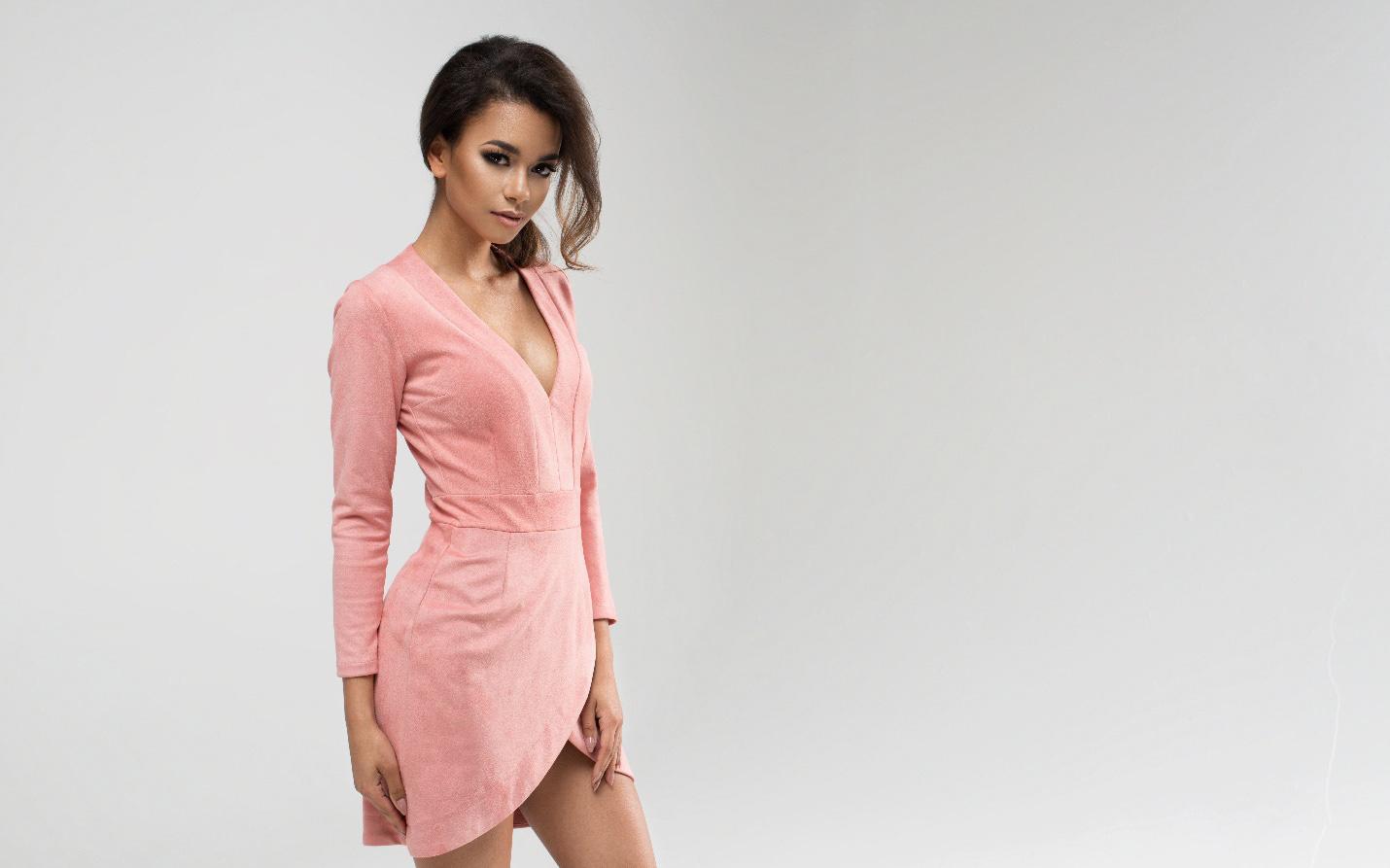 Bí kíp giúp các nàng U30 cân hết mọi kiểu váy áo cổ sâu quyến rũ