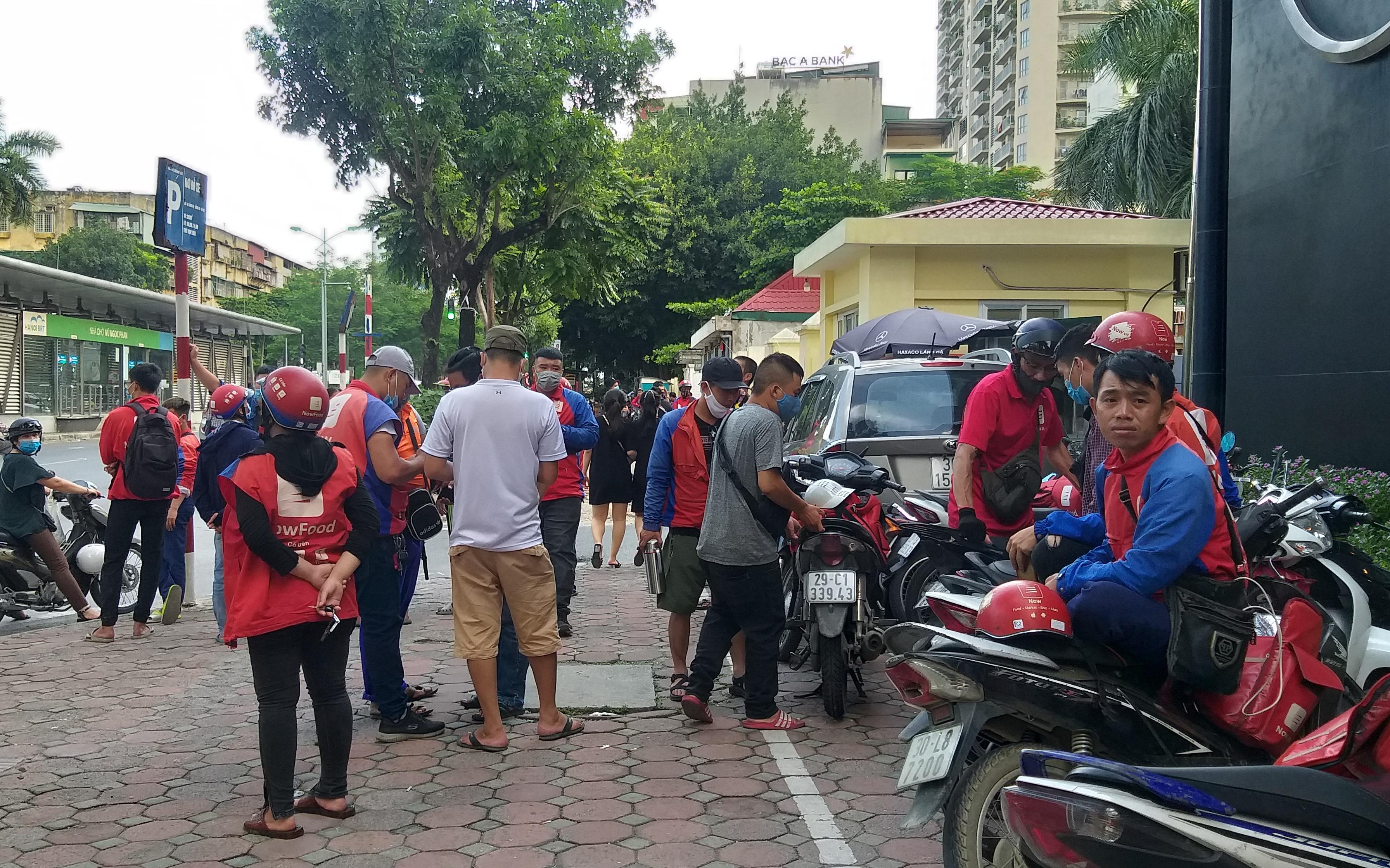 """Hà Nội: Hàng trăm shipper Now đình công, """"quây"""" trụ sở phản đối chính sách hoa hồng bèo bọt"""