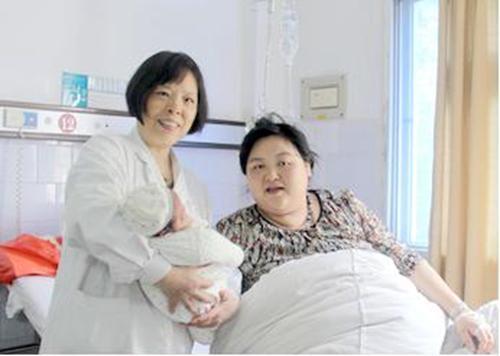 Sản phụ đi đẻ với chiếc bụng khổng lồ, ai cũng nghĩ sinh 3 nhưng kết quả lại khiến mọi người níu lưỡi kinh ngạc - Ảnh 1.