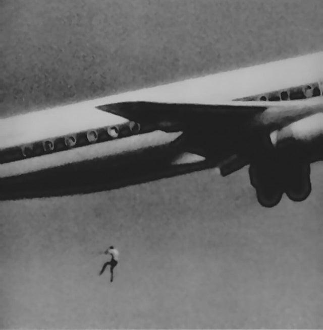 Bức hình một cậu bé 14 tuổi rơi ra khỏi máy bay gây ám ảnh người xem và câu chuyện phía sau khiến nhiều người không khỏi giật mình - Ảnh 1.