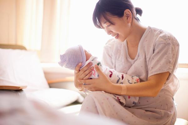 Vợ đẻ được 20 ngày đã phải nhập viện lại, biết nguyên nhân mẹ vợ lập tức mắng con rể té tát - Ảnh 2.