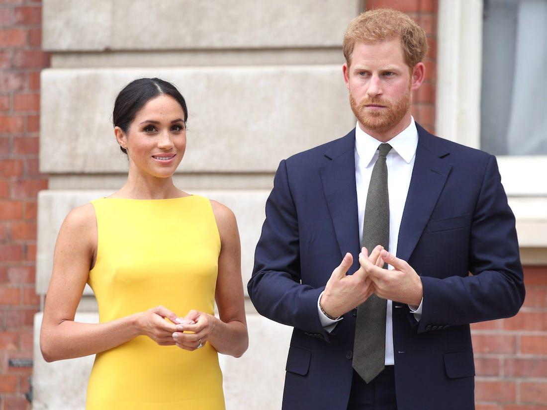 """Meghan Markle bị tố cố tình bắt chước mẹ chồng Diana diện """"bộ váy trả thù"""" như một cái tát vào mặt Hoàng gia Anh - Ảnh 1."""