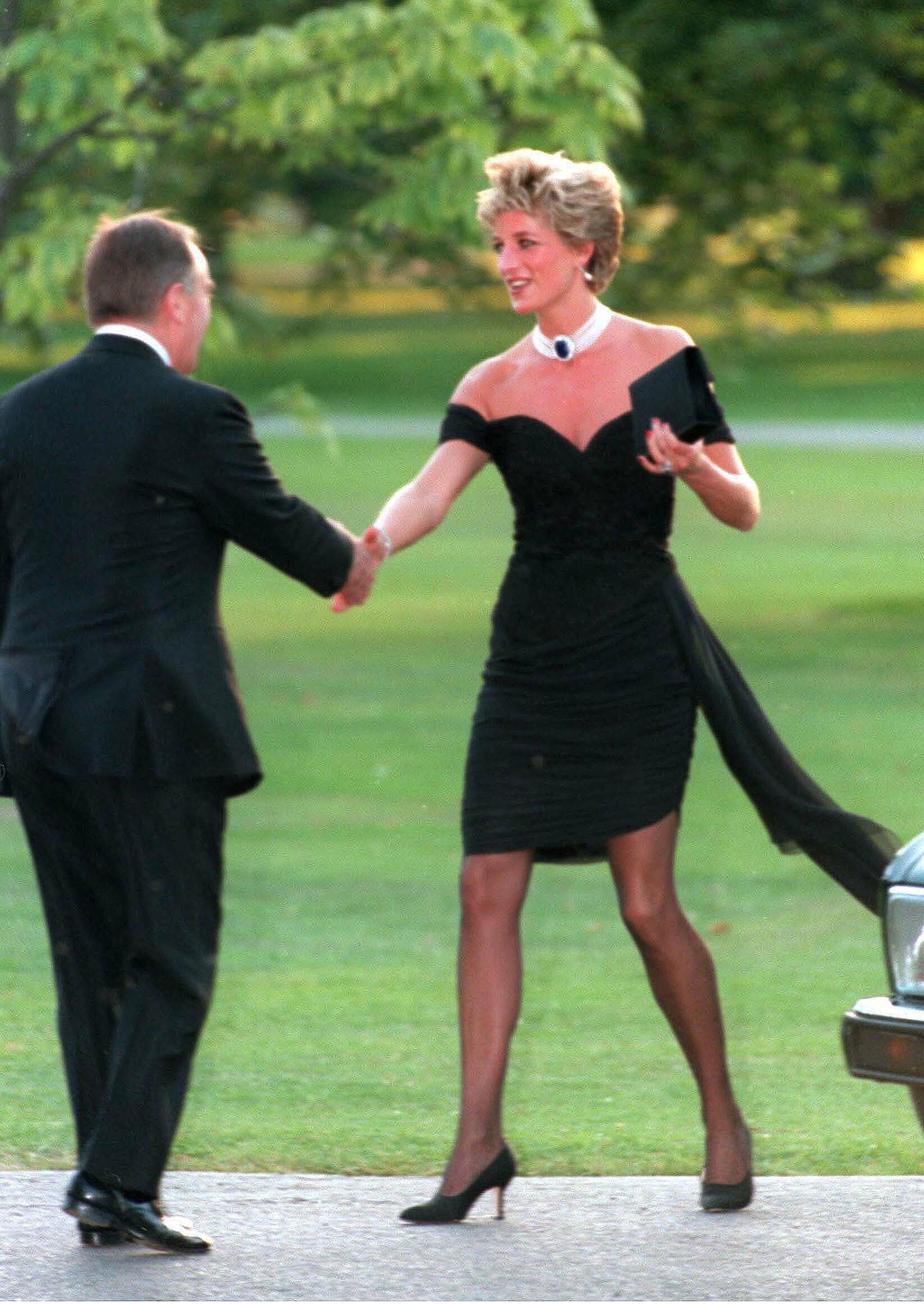 """Meghan Markle bị tố cố tình bắt chước mẹ chồng Diana diện """"bộ váy trả thù"""" như một cái tát vào mặt Hoàng gia Anh - Ảnh 3."""