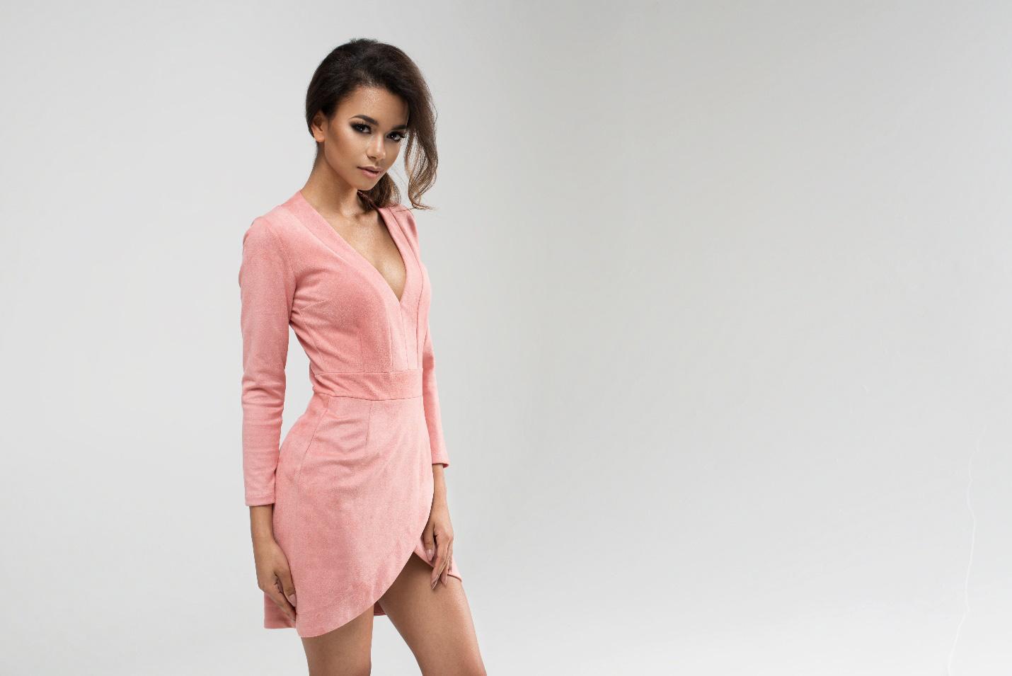 Bí kíp giúp các nàng U30 cân hết mọi kiểu váy áo cổ sâu quyến rũ - Ảnh 1.