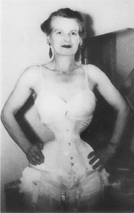 Người phụ nữ chiều chồng nhất lịch sử nhân loại và hành trình hơn 10 năm đau đớn để sở hữu vòng eo 33cm cùng một diện mạo kỳ dị - Ảnh 11.