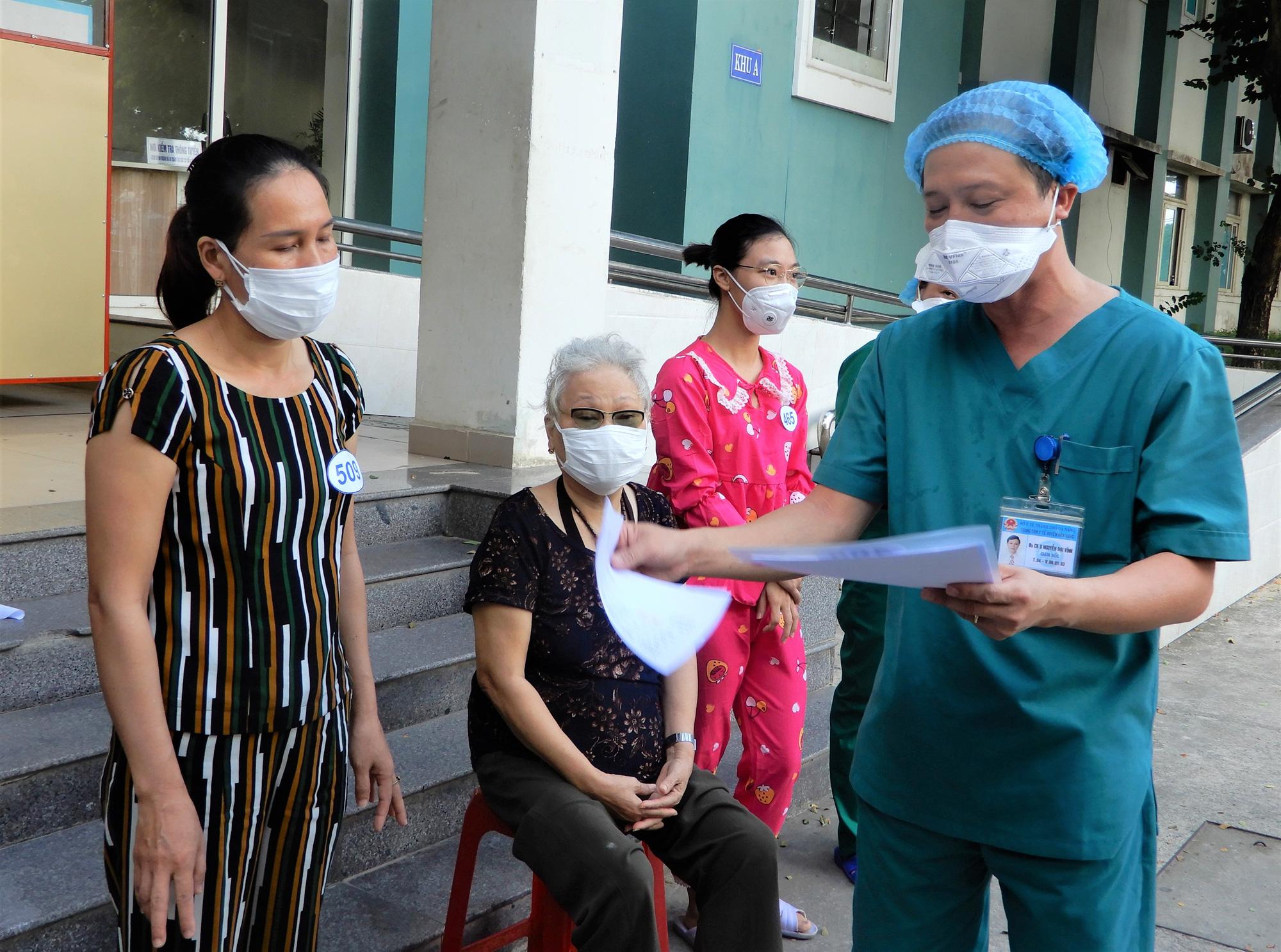 Cụ bà 71 tuổi được chữa khỏi Covid-19: Tôi được các bác sĩ chăm sóc tận tình còn hơn cả người thân - Ảnh 1.
