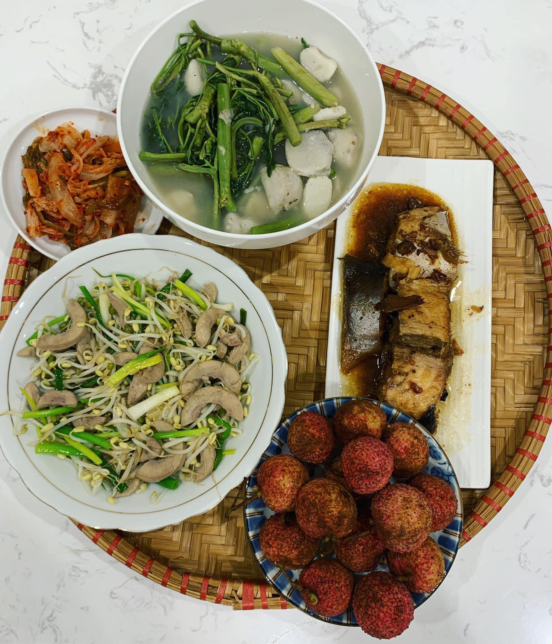 Chi phí chỉ từ 100k nhưng mỗi bữa cơm của bà nội trợ Hà Nội đều tươm tất đủ món thơm ngon, bổ dưỡng cho mọi thành viên gia đình - Ảnh 7.