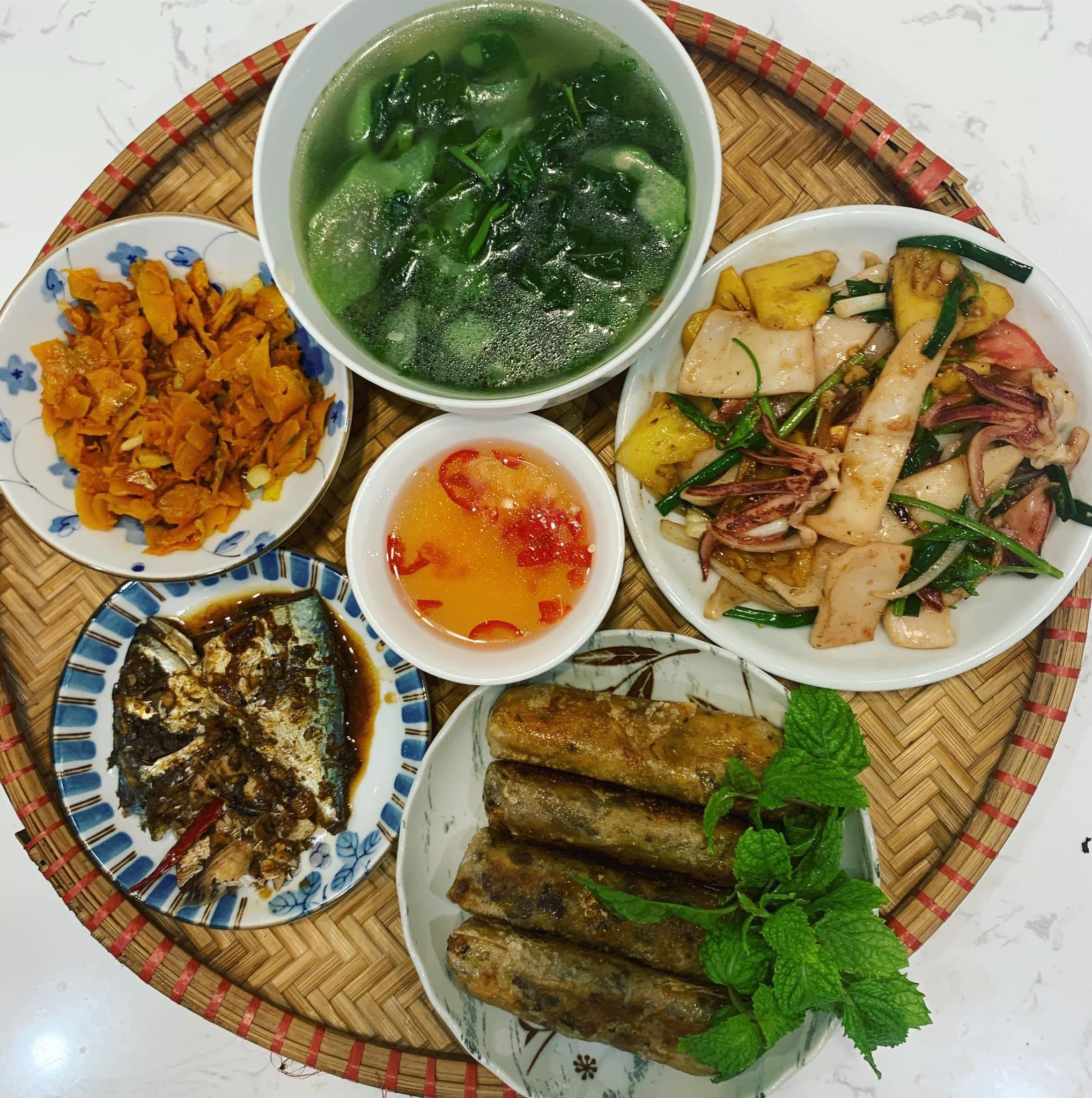 Chi phí chỉ từ 100k nhưng mỗi bữa cơm của bà nội trợ Hà Nội đều tươm tất đủ món thơm ngon, bổ dưỡng cho mọi thành viên gia đình - Ảnh 10.