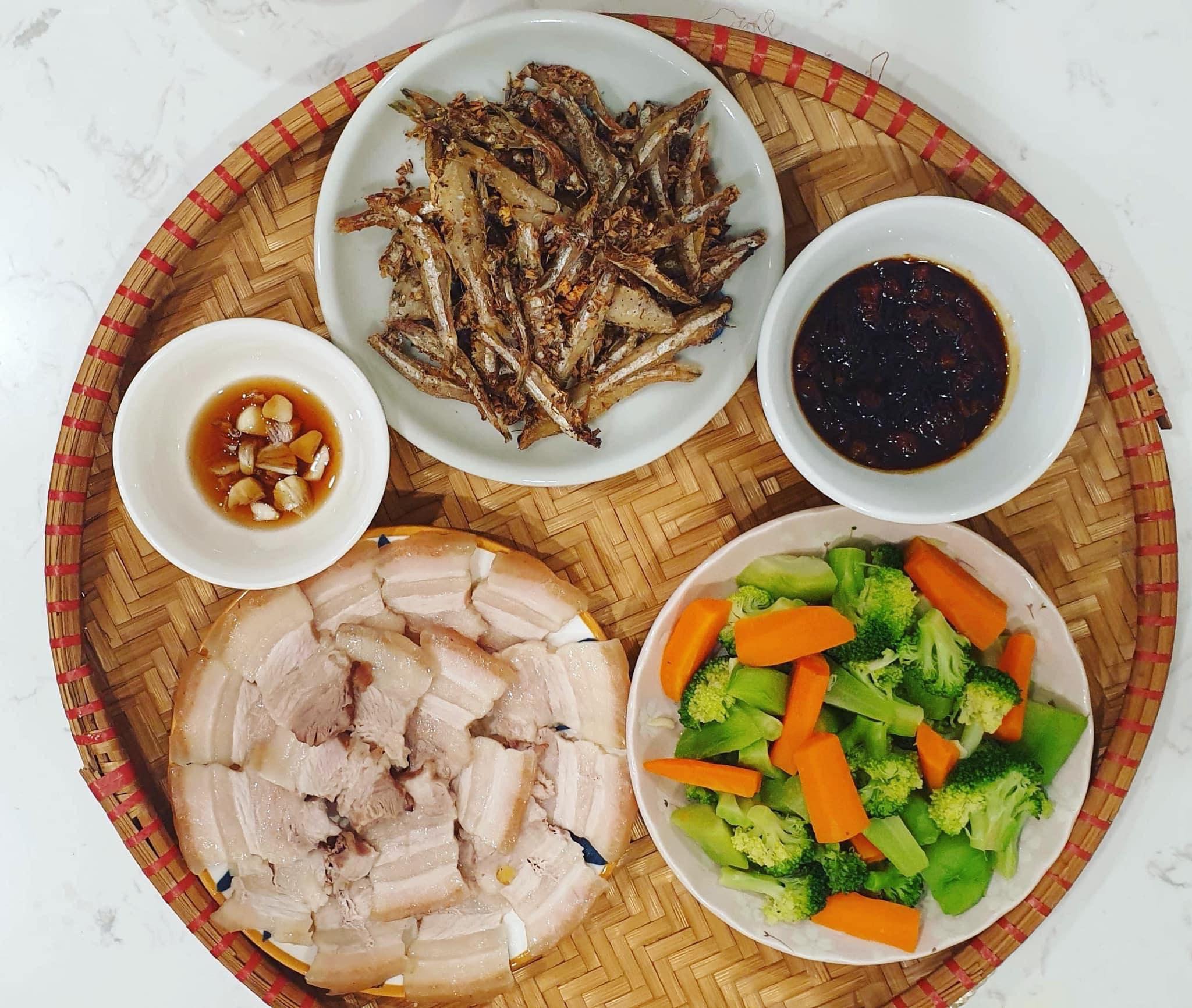 Chi phí chỉ từ 100k nhưng mỗi bữa cơm của bà nội trợ Hà Nội đều tươm tất đủ món thơm ngon, bổ dưỡng cho mọi thành viên gia đình - Ảnh 12.