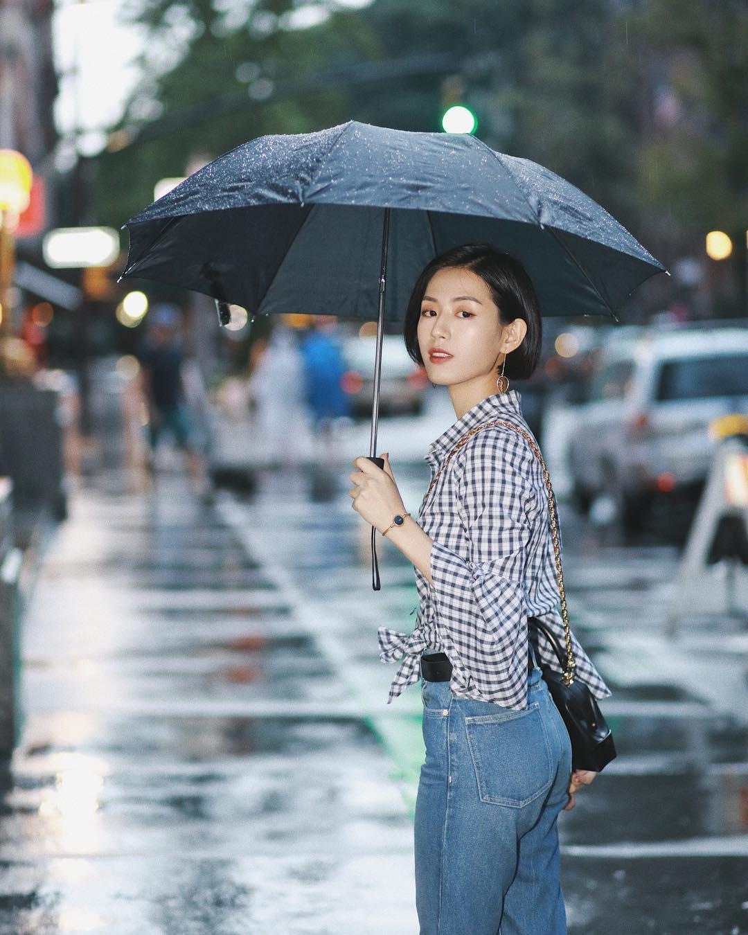 Trời mưa gió, chị em nên tránh đi mấy kiểu giày này để không bị ướt nhẹp - Ảnh 1.
