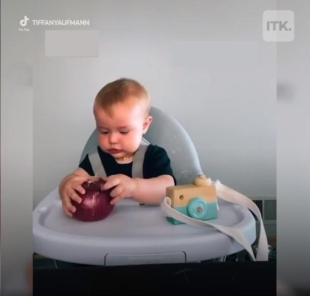 Được mẹ cho đồ chơi theo cặp, nhưng sự lựa chọn của bé trai lại nằm ngoài dự đoán của tất cả mọi người - Ảnh 1.