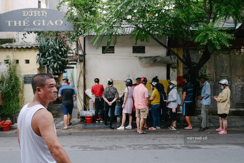 Có hàng thịt quay vỉa hè 30 năm tuổi ngon nức tiếng ở Hà Nội, không biển hiệu nhưng chiều nào cũng nườm nượp khách xếp hàng - Ảnh 2.