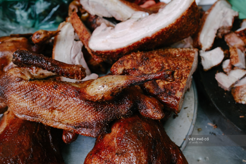 Có hàng thịt quay vỉa hè 30 năm tuổi ngon nức tiếng ở Hà Nội, không biển hiệu nhưng chiều nào cũng nườm nượp khách xếp hàng - Ảnh 10.