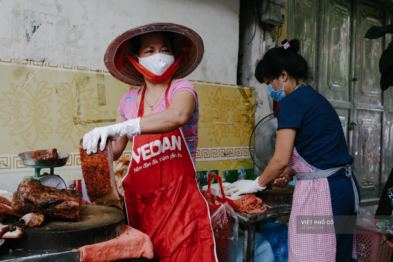 Có hàng thịt quay vỉa hè 30 năm tuổi ngon nức tiếng ở Hà Nội, không biển hiệu nhưng chiều nào cũng nườm nượp khách xếp hàng - Ảnh 13.