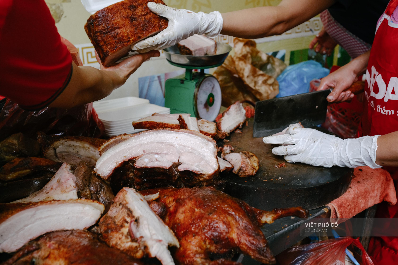 Có hàng thịt quay vỉa hè 30 năm tuổi ngon nức tiếng ở Hà Nội, không biển hiệu nhưng chiều nào cũng nườm nượp khách xếp hàng - Ảnh 12.