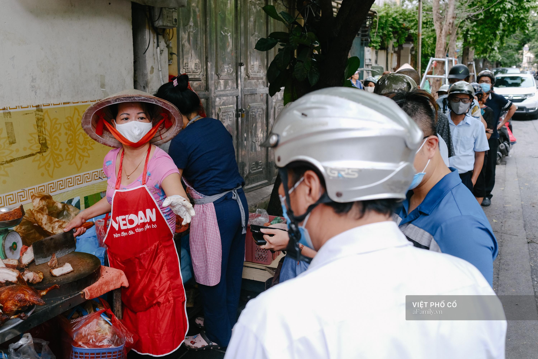 Có hàng thịt quay vỉa hè 30 năm tuổi ngon nức tiếng ở Hà Nội, không biển hiệu nhưng chiều nào cũng nườm nượp khách xếp hàng - Ảnh 4.