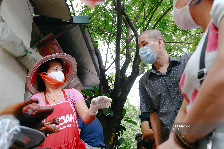 Có hàng thịt quay vỉa hè 30 năm tuổi ngon nức tiếng ở Hà Nội, không biển hiệu nhưng chiều nào cũng nườm nượp khách xếp hàng - Ảnh 3.