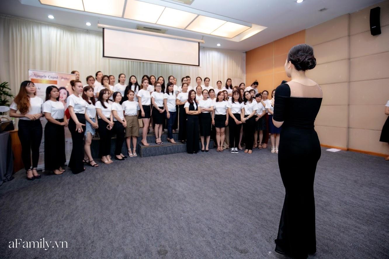 """Bên trong lớp học dạy dáng đi, cách cười, tạo khí chất với mức học phí lên đến... vài tháng lương mở ra cuộc """"thay đổi ngầm"""" của nhiều phụ nữ ở Sài Gòn - Hà Nội - Ảnh 8."""