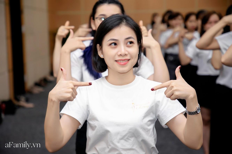 """Bên trong lớp học dạy dáng đi, cách cười, tạo khí chất với mức học phí lên đến... vài tháng lương mở ra cuộc """"thay đổi ngầm"""" của nhiều phụ nữ ở Sài Gòn - Hà Nội - Ảnh 18."""