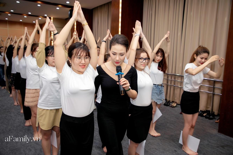 """Bên trong lớp học dạy dáng đi, cách cười, tạo khí chất với mức học phí lên đến... vài tháng lương mở ra cuộc """"thay đổi ngầm"""" của nhiều phụ nữ ở Sài Gòn - Hà Nội - Ảnh 2."""