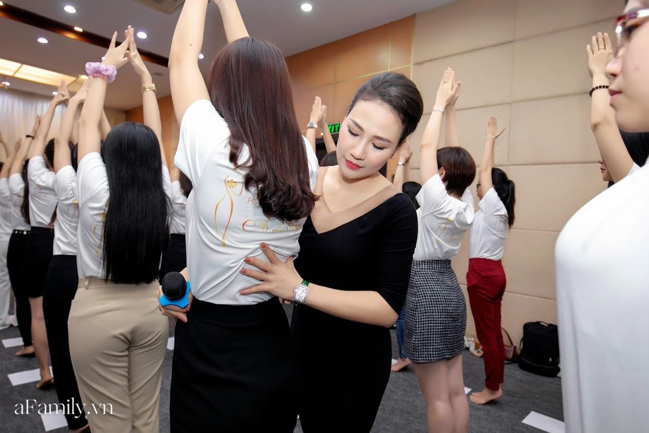 """Bên trong lớp học dạy dáng đi, cách cười, tạo khí chất với mức học phí lên đến... vài tháng lương mở ra cuộc """"thay đổi ngầm"""" của nhiều phụ nữ ở Sài Gòn - Hà Nội - Ảnh 14."""