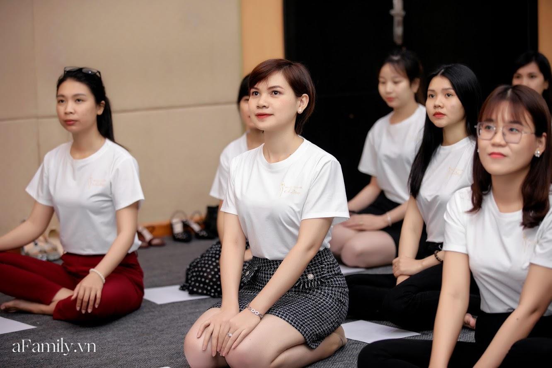"""Bên trong lớp học dạy dáng đi, cách cười, tạo khí chất với mức học phí lên đến... vài tháng lương mở ra cuộc """"thay đổi ngầm"""" của nhiều phụ nữ ở Sài Gòn - Hà Nội - Ảnh 21."""