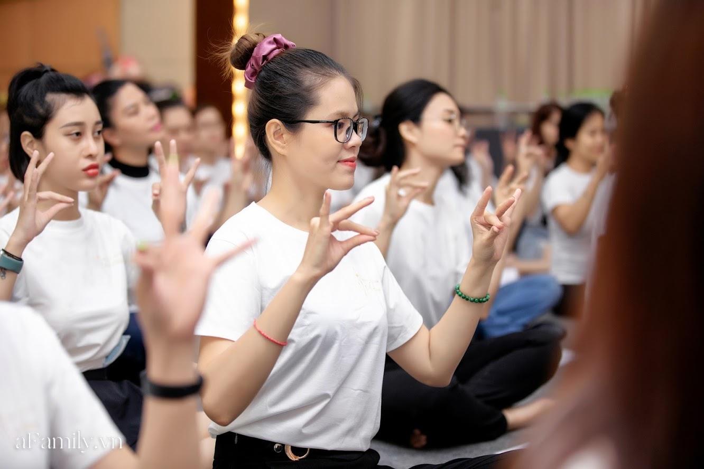 """Bên trong lớp học dạy dáng đi, cách cười, tạo khí chất với mức học phí lên đến... vài tháng lương mở ra cuộc """"thay đổi ngầm"""" của nhiều phụ nữ ở Sài Gòn - Hà Nội - Ảnh 19."""