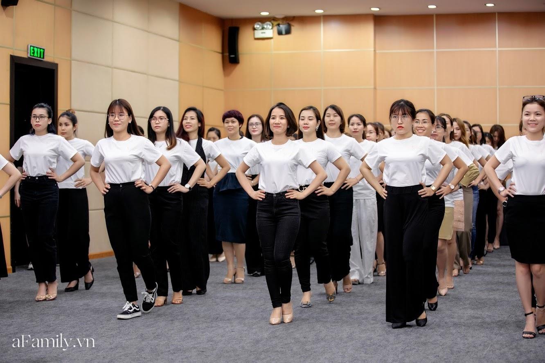 """Bên trong lớp học dạy dáng đi, cách cười, tạo khí chất với mức học phí lên đến... vài tháng lương mở ra cuộc """"thay đổi ngầm"""" của nhiều phụ nữ ở Sài Gòn - Hà Nội - Ảnh 13."""