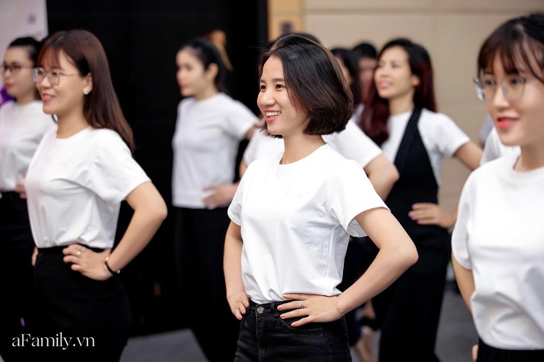 """Bên trong lớp học dạy dáng đi, cách cười, tạo khí chất với mức học phí lên đến... vài tháng lương mở ra cuộc """"thay đổi ngầm"""" của nhiều phụ nữ ở Sài Gòn - Hà Nội - Ảnh 24."""