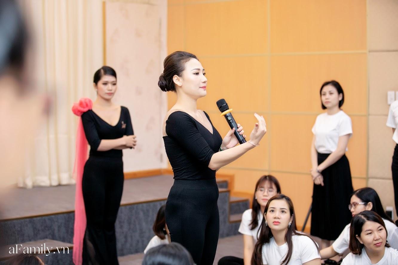 """Bên trong lớp học dạy dáng đi, cách cười, tạo khí chất với mức học phí lên đến... vài tháng lương mở ra cuộc """"thay đổi ngầm"""" của nhiều phụ nữ ở Sài Gòn - Hà Nội - Ảnh 20."""