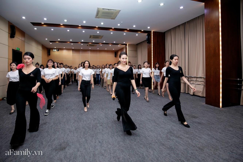 """Bên trong lớp học dạy dáng đi, cách cười, tạo khí chất với mức học phí lên đến... vài tháng lương mở ra cuộc """"thay đổi ngầm"""" của nhiều phụ nữ ở Sài Gòn - Hà Nội - Ảnh 12."""
