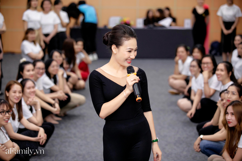 """Bên trong lớp học dạy dáng đi, cách cười, tạo khí chất với mức học phí lên đến... vài tháng lương mở ra cuộc """"thay đổi ngầm"""" của nhiều phụ nữ ở Sài Gòn - Hà Nội - Ảnh 6."""
