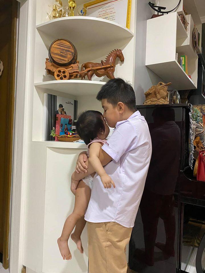 """Ngay ngày đầu đi học ở thành phố, con trai Lê Phương đã có thành tích """"không phải dạng vừa"""" khiến bố mẹ được dịp phổng mũi  - Ảnh 2."""