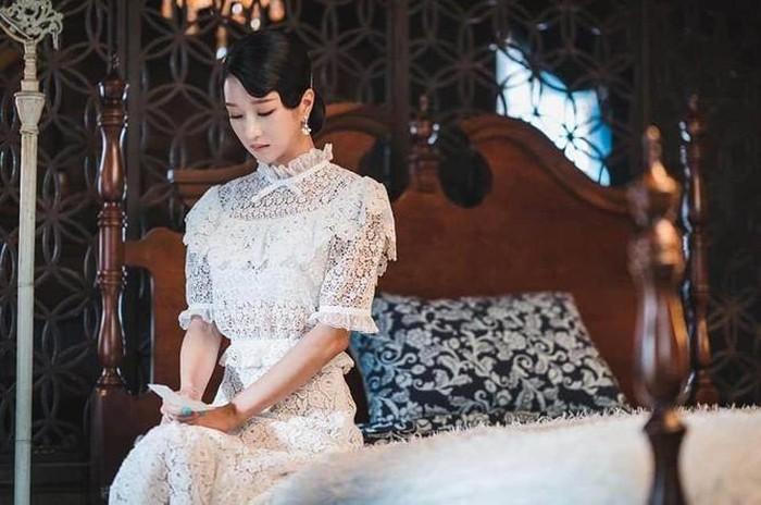 Cả phim đẹp mê hồn, gần cuối phim Seo Ye Ji lại để kiểu tóc xoăn mái nhìn già câng - Ảnh 3.