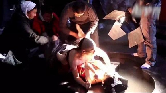 """Cảnh 18+ gây sốc nhất của Triệu Lệ Dĩnh: Ân ái dưới nền đất, bạo đến mức bạn diễn nam có """"phản ứng sinh lý"""" - Ảnh 8."""