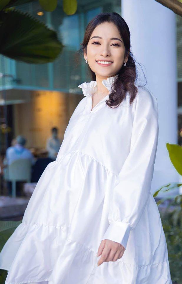 Bà bầu Sara Lưu rạng rỡ trong trang phục đầm trắng.