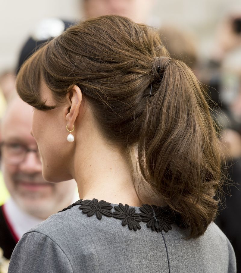 Đúng là đẳng cấp Hoàng hậu tương lai, chỉ riêng chuyện buộc tóc của Công nương Kate cũng khiến dân tình trầm trồ - Ảnh 8.