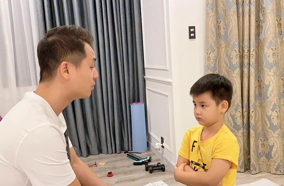 """Ca sĩ Đăng Khôi bực mình nên quát con trai, cậu bé bất ngờ hỏi 1 câu mà khiến mẹ phải nói lời """"xin lỗi con"""" ngay lập tức - Ảnh 1."""
