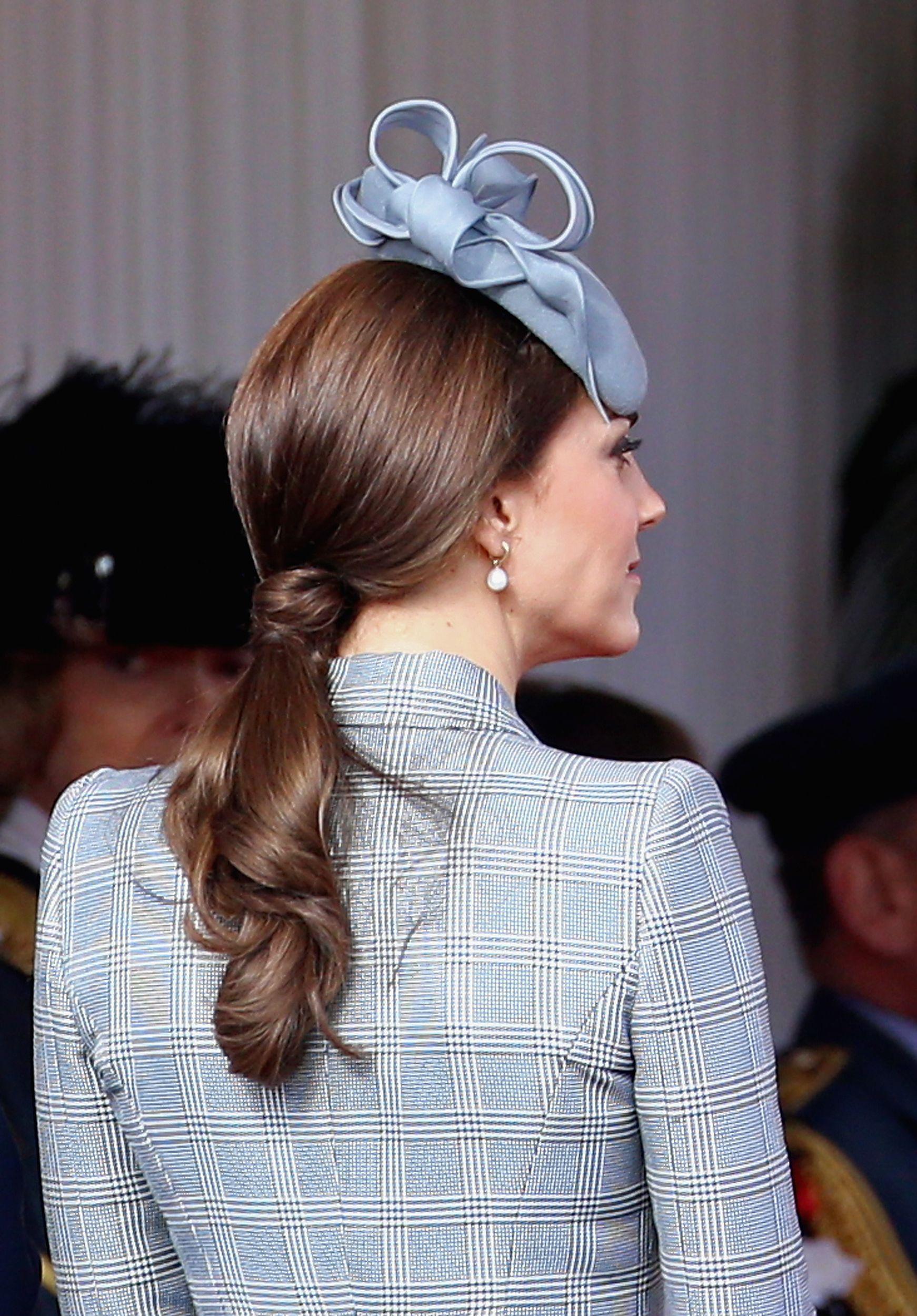 Đúng là đẳng cấp Hoàng hậu tương lai, chỉ riêng chuyện buộc tóc của Công nương Kate cũng khiến dân tình trầm trồ - Ảnh 5.