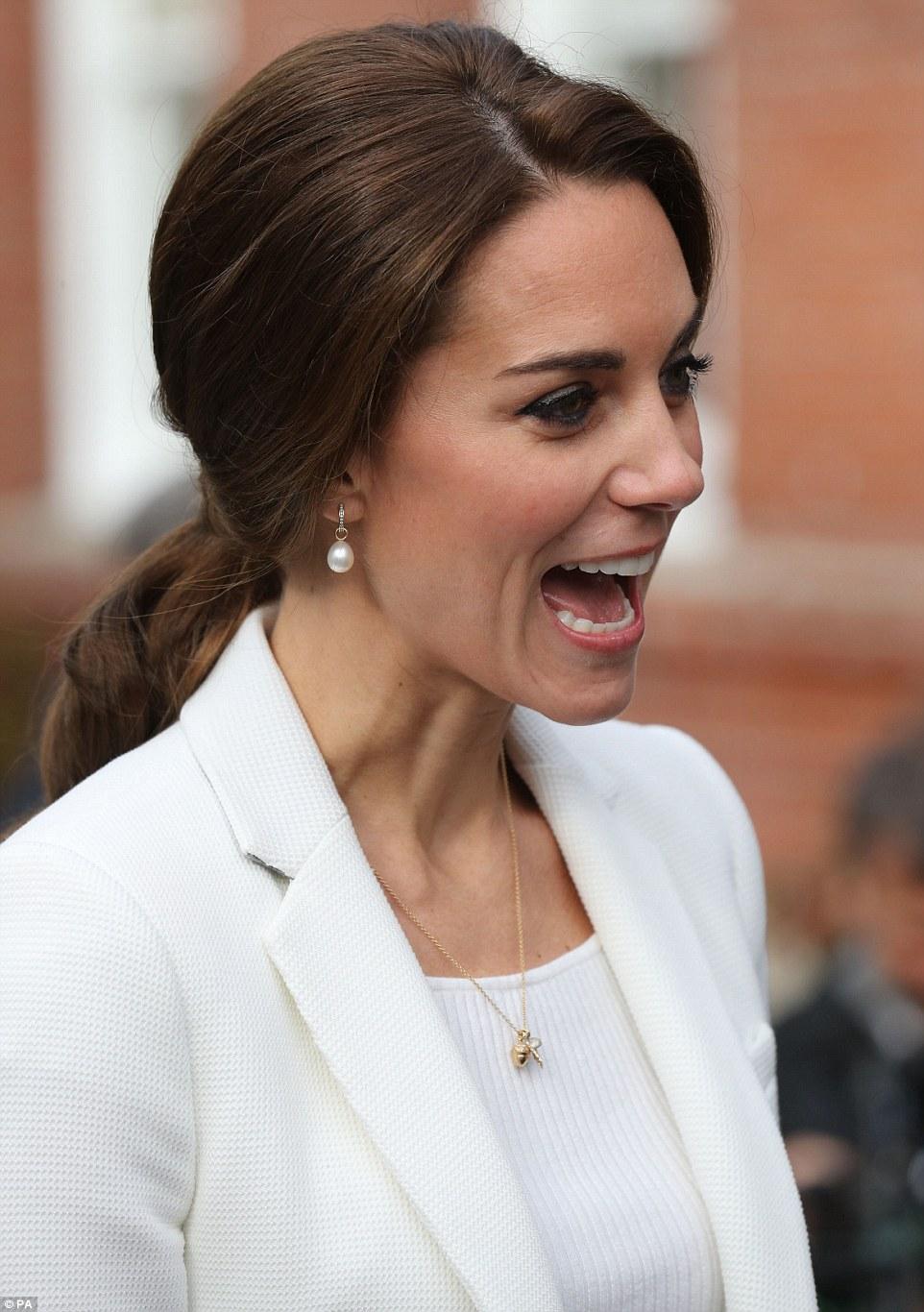 Đúng là đẳng cấp Hoàng hậu tương lai, chỉ riêng chuyện buộc tóc của Công nương Kate cũng khiến dân tình trầm trồ - Ảnh 3.