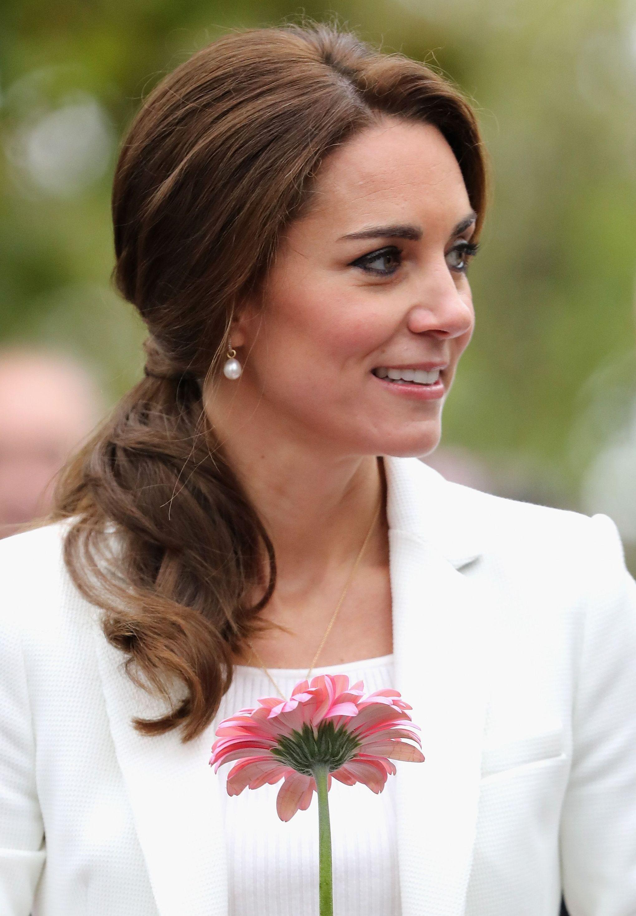 Đúng là đẳng cấp Hoàng hậu tương lai, chỉ riêng chuyện buộc tóc của Công nương Kate cũng khiến dân tình trầm trồ - Ảnh 4.