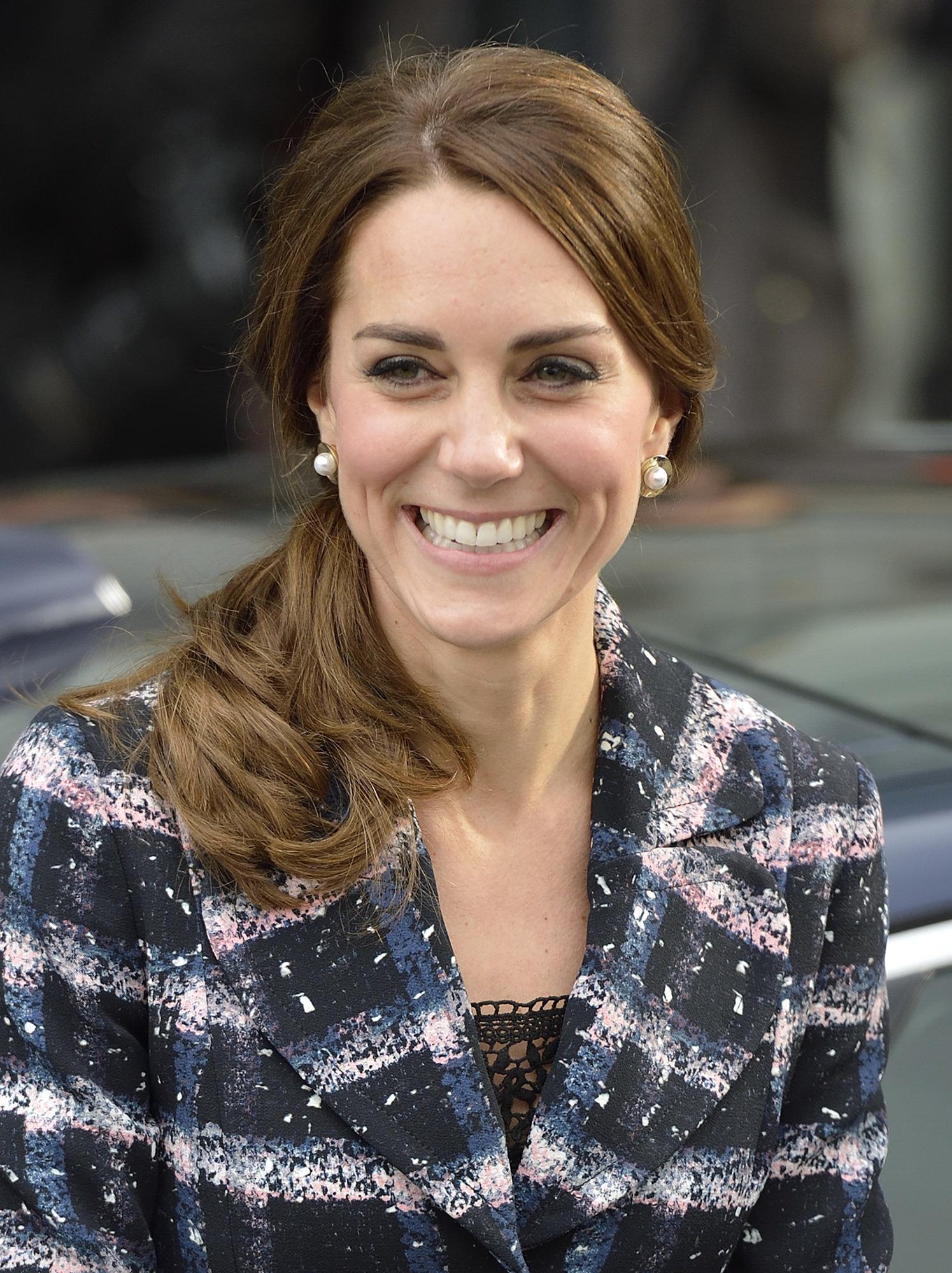 Đúng là đẳng cấp Hoàng hậu tương lai, chỉ riêng chuyện buộc tóc của Công nương Kate cũng khiến dân tình trầm trồ - Ảnh 2.
