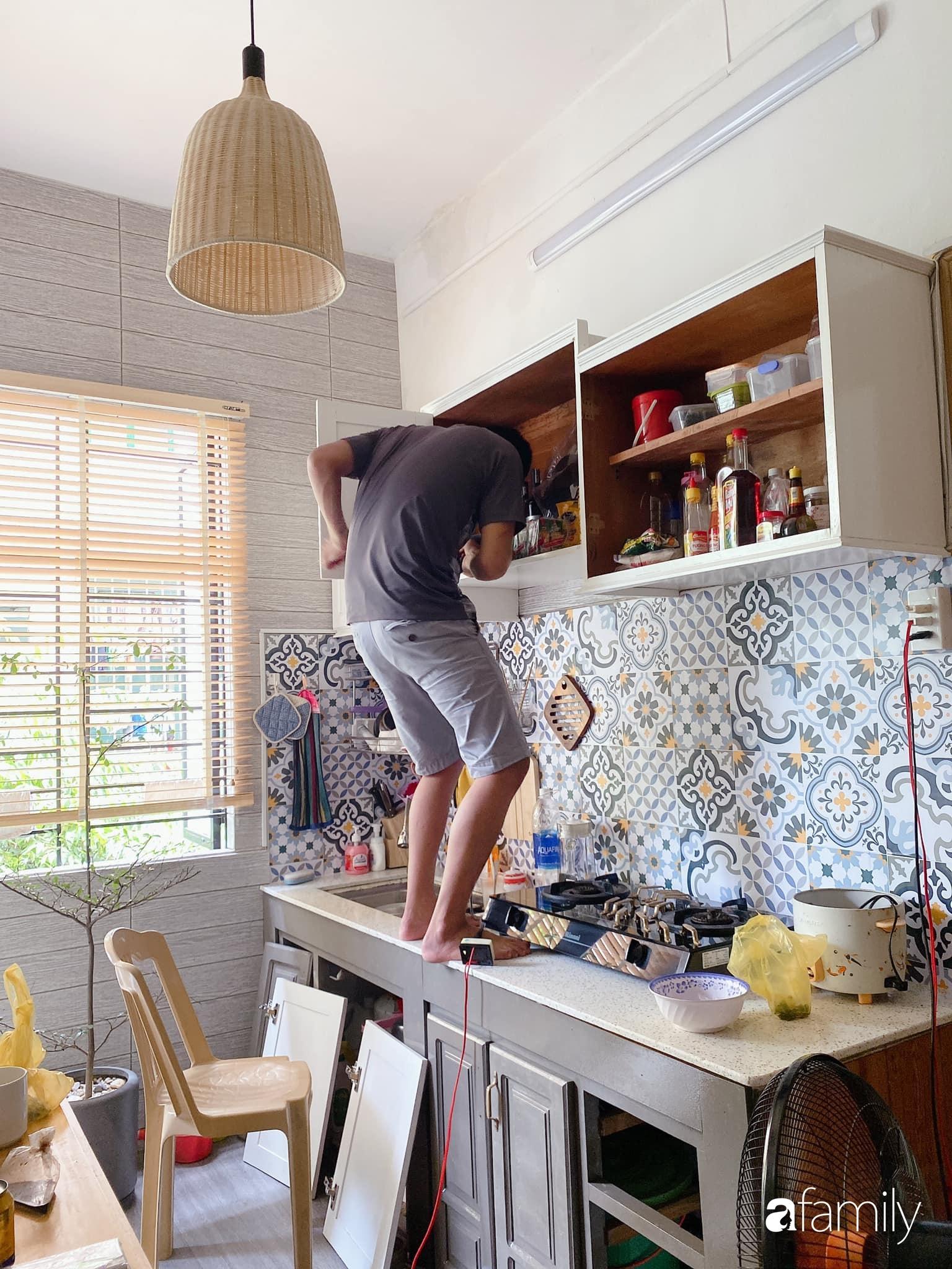"""Anh chồng chiều vợ """"thay áo mới"""" cho căn bếp cũ 6m² trở thành không gian đẹp miễn chê với chi phí chưa đến 3 triệu đồng ở Đà Nẵng - Ảnh 4."""