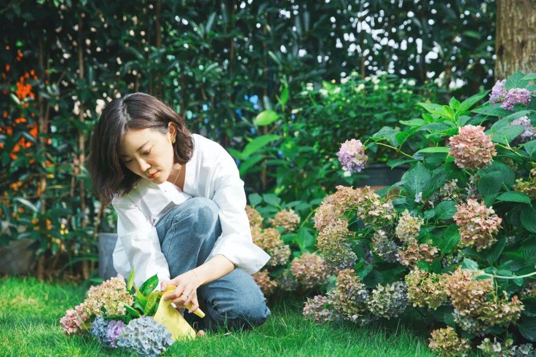 Người phụ nữ chủ động ngắt kết nối internet để sống yên bình bên căn biệt thự ngập tràn hoa cỏ - Ảnh 1.